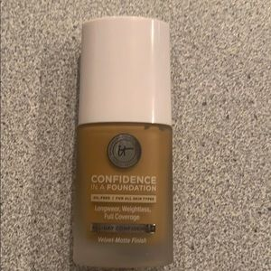 """It cosmetics """"Confidence in a Foundation"""" 410 Rich"""